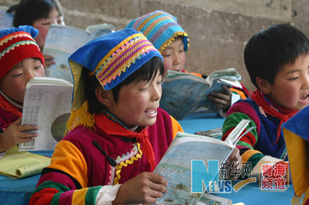 Girl beneficiaries of Spring Bud Project attend class in Huzhu Tu Autonomous County, west China's Qinghai Province. [Xinhua]