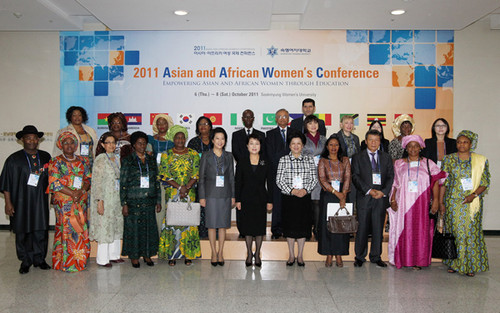 Representatives from Asian and African countries and regions and UN agencies pose for a group photo. [ACWF's International Liaison Department]