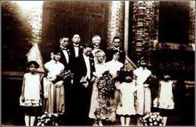 The 1920s saw the introduction of western culture and consequently wedding conventions to China. Many Chinese had become Christians while studying abroad and held church weddings on their return. [wangchen.ccmedu.com]