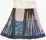 The horse-face skirt, pleated on either side. [wenku.baidu.com]