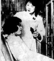 Wang Hanlun at work in her beauty parlor [chinesemirror.com]