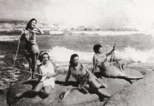 The stage set of 1937 film Return to Nature with leading actresses dressed in swimsuits. [baike.baidu.com]