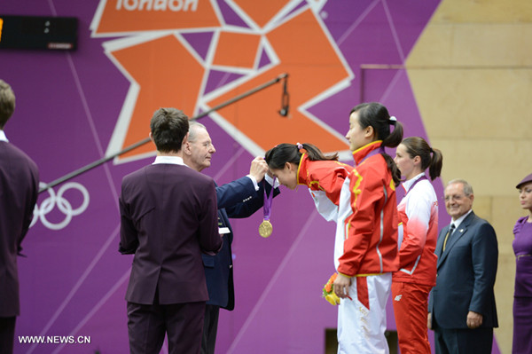 Yi Siling of China receives gold medal from International Olympic Committee (IOC) President Jacques Rogge during the victory ceremony of the Women's 10m Air Rifle competition of the London 2012 Olympic Games in London, Britain, on July 28, 2012. [Xinhua]