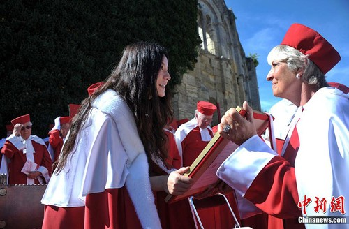 Chinese Actress Zhao Wei is admitted into the Jurade de Saint-Émilion on September 16, 2012, during the Saint-Émilion annual grape harvest festival. [Chinanews]