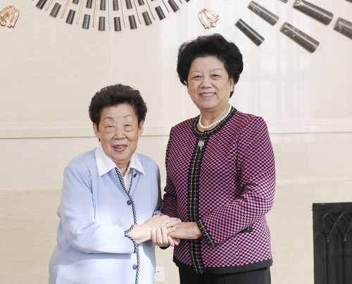 Chairperson of the Standing Committee of the National People's Congress (NPC) and President of the All-China Women's Federation (ACWF) Chen Zhili (R) meets with founder of the US-based 1990 Institute, Rosalyn C. Koo. [Women of China/Fan Wenjun]