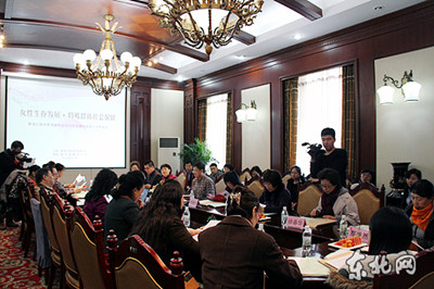 Attendees hold discussions at the forum. [heilongjiang.dbw.cn]
