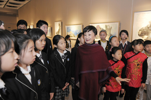 Yu Lanyin (C) introduces her paintings to the children. [Women of China/Fan Wenjun]