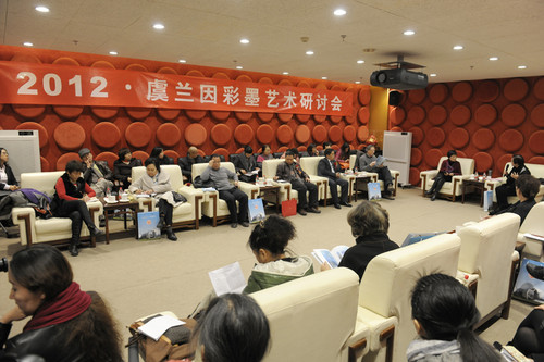 Artists, guests, and critics discuss the arts of Yu Lanyin after the exhibition's opening ceremony. [Women of China/Fan Wenjun]