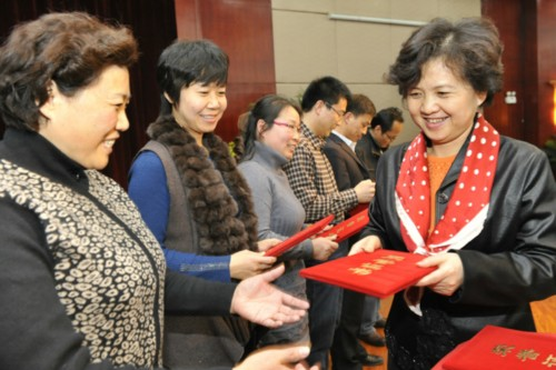 Vice President of the Shaanxi Women's Federation Feng Yi (R1) presents certificates of merit to the award winners. [Shaanxi Women's Federation]