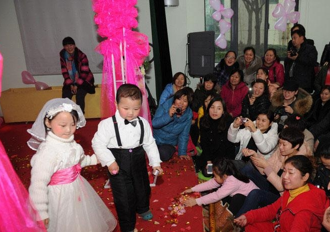 More than 100 children from Yaolan Kindergarten in Zhengzhou, capital city of central China's Henan Province, participated in a mock wedding ceremony on January 11, 2013, provoking heated discussion across the country. [Zhengzhou Evening News]