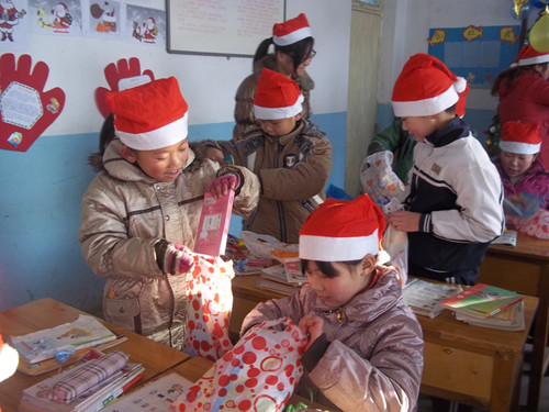 Local children receive gifts from Manos Internacional. [Provided by Manos Internacional]