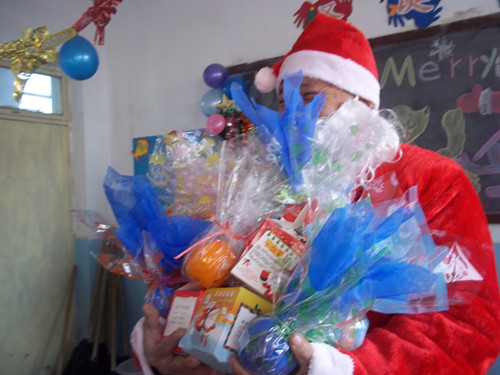 A Santa Claus visits local students. [Provided by Manos Internacional]