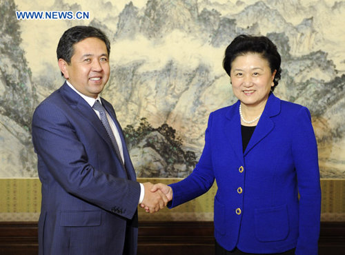 Chinese State Councilor Liu Yandong (R) meets with Taiyrbek Sarpashev, deputy prime minister of Kyrgyzstan, in Beijing, capital of China, on January 31, 2013. [Xinhua]