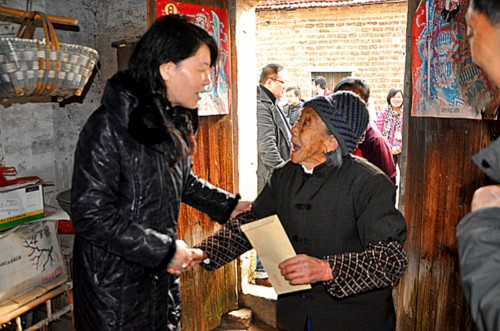 President of Hubei Women's Federation Xiao Juhua (L) visits senior citizens in central China's Hubei Province before the upcoming Spring Festival which falls on February 10, 2013. [Women of China / Zhu Fen]