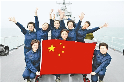 The eight female sailors pose for a group photo. [Chinanews]