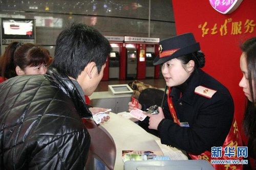 Li Jun (R2) answers a passenger's questions. [Xinhua]