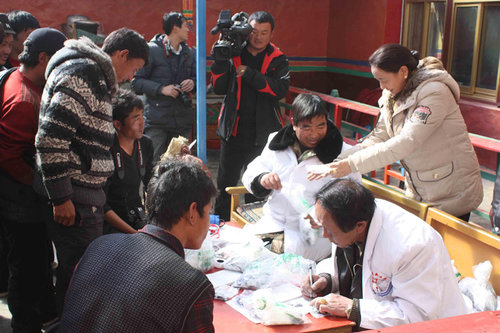 Doctors provide free health check-ups for residents in Changlong Village in Gangba County, western China's Tibet Autonomous Region. [Tibetan Women's Federation / Zhang Hongping]