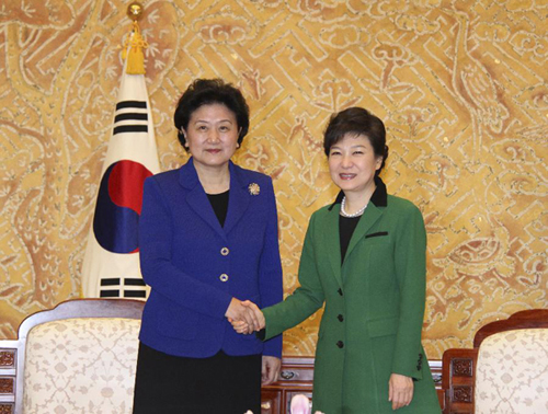 Liu Yandong (L) meets with South Korea's first female president Park Geun-hye in Seoul, South Korea on February 25, 2013.  [Xinhua]