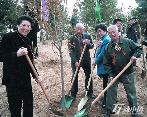 Chen Muhua participates in a tree-planting activity when she held the post of honorary chairwoman of Beijing Forestation Foundation. [forum.china.com.cn]
