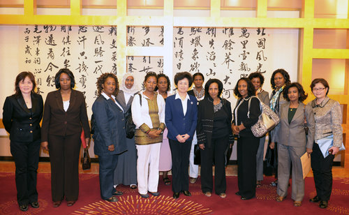 The Ethiopian women's delegation and leaders from the ACWF pose for a group photo. [Women of China/Fan Wenjun]