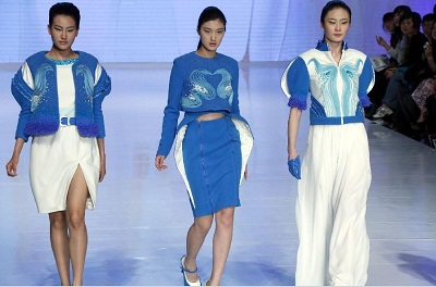 Model present creations designed by Wu Wei, a student of the School of Fashion of Wuhan Textile University, during a contest of New Designers Award in Beijing, capital of China, April 28, 2013.[Xinhua/Li Mingfang]