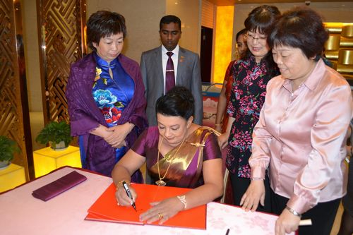 The first lady of Sri Lanka Mrs Shiranthi Rajapaksa, visiting the Shaanxi Women and Children's Activity Center in Xi'an, capital city of northwest China's Shaanxi Province, on May 30, 2013. [Shaanxi Women's Federation / He Wei]