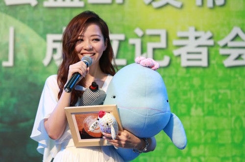 Chinese singer Jane Zhang announces at a press conference on June 25, 2013, that she is working with several other organizations to establish a fund to protect the endangered Yangtze finless porpoise, whose population has declined to about 1,000. [Sina]