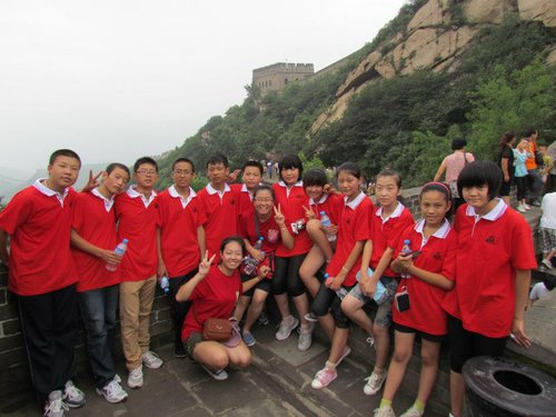 Students pose for a group photo at the Great Wall during their trip to Beijing in 2012. [Manos Internacional]