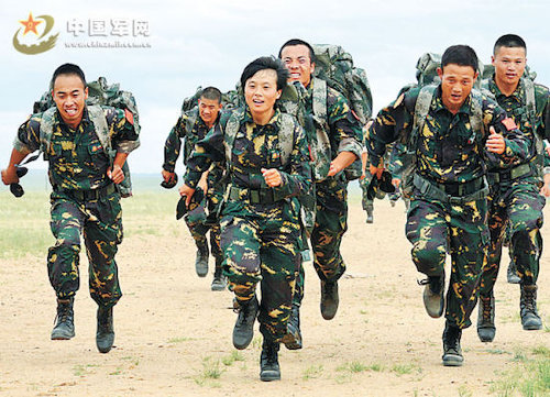 Peng Shuang (front), 24, trains male soldiers who will attend the Special Forces skills competition organized by the Chinese People's Liberation Army (PLA). [Liberation Army Daily]