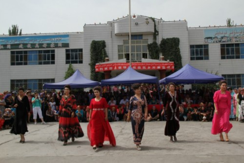 The Xinjiang Women's Federation recently launched a series of activities to promote the Xinjiang Beauty Project in communities to improve the overall quality of grassroots women in northwest China's Xinjiang Uygur Autonomous Region. [people.com.cn]
