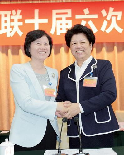 Shen Yueyue (L) shakes hands with Chen Zhili at the 6th Session of the 10th Executive Committee Meeting of the ACWF in Beijing on May 7, 2013. [China Women's News/Xu Jianjun]