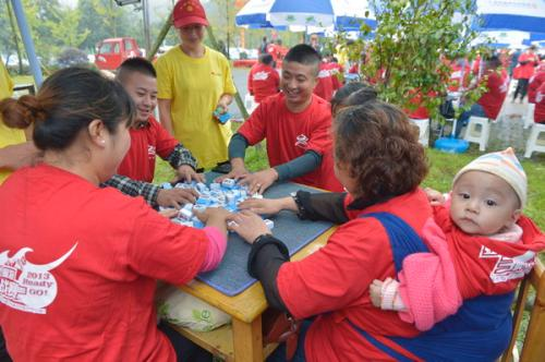People play mahjong, a popular four-player Chinese tile game, during a large-scale mahjong competition at Hongkou township, Doujiangyan city of Southwest China's Sichuan Province, September 19, 2013.  [China Daily]