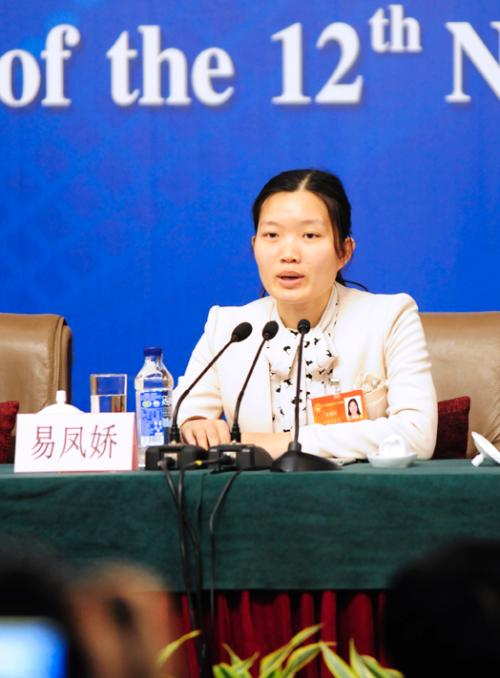 Female Deputies Answer Questions on Women's Development, Rights Protection