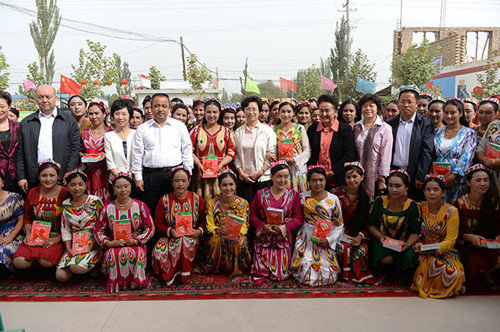 ACWF Officials Gift Family Education Books to Households in Xinjiang