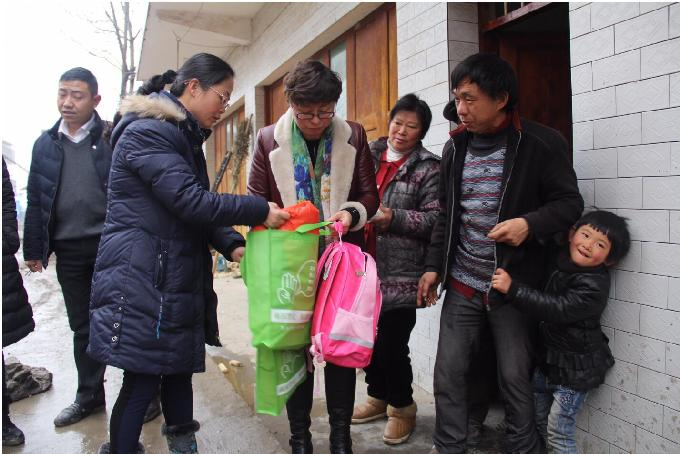 Women's Federation Staff Extend Festival Greetings to Impoverished Families, Children