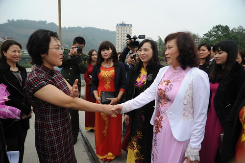 Chinese and vietnamese women hold celebration of international vice president of yunnan womens federation li jiang extended a greeting to the visiting vietnamese delegation at the border of two nations m4hsunfo Choice Image