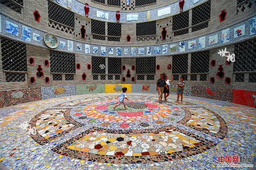 Folk Artisan Builds 'Porcelain Palace' in SE China
