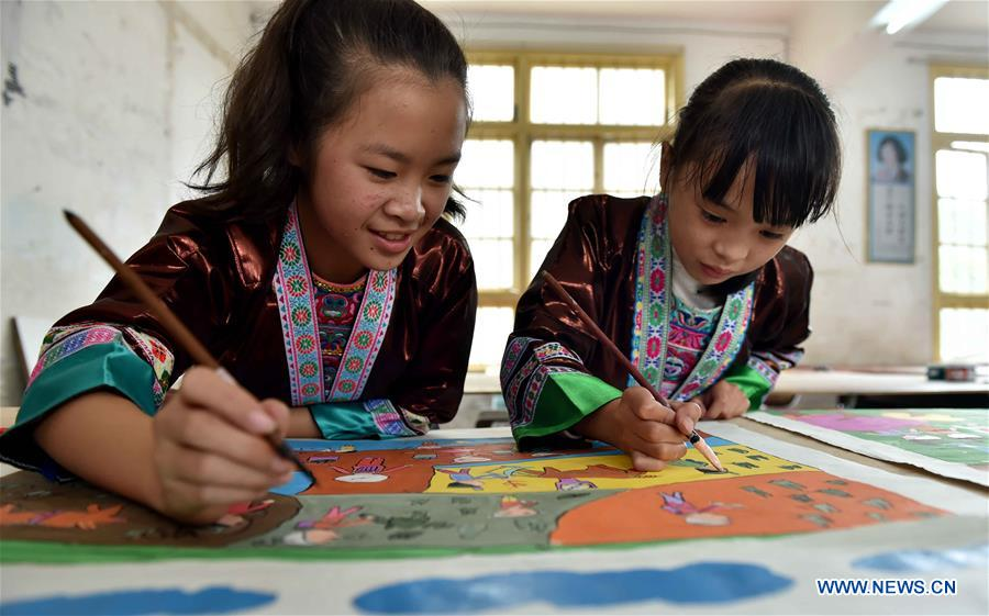 Students Learn Courses on Intangible Cultural Heritages in S China