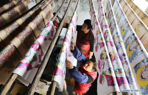 Folk Artists Make Woodblock Paintings for Spring Festival Market