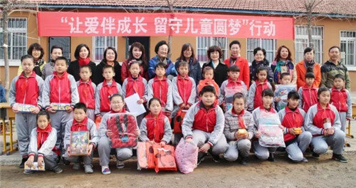 Liaoning Women's Federation Showers Gifts on 'Left-behind' Children