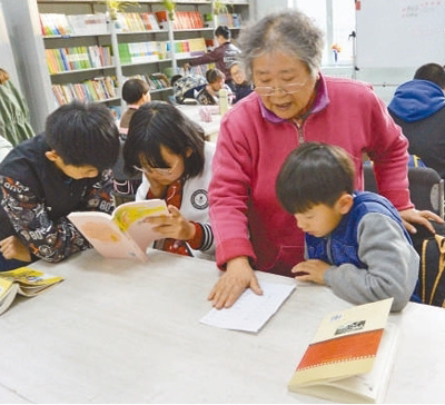 Elderly Woman Offers Free Tutorial Classes to Children of Migrant Workers