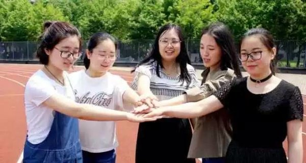 5 College Roommates Head to Same UK University for Postgraduate Study