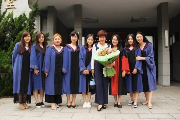 Chinese Scholar Yu Dan Shares Her Life Philosophy with Graduates