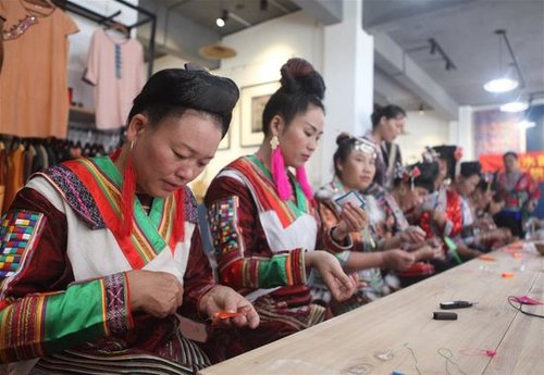 Cultural Center Holds 3-day Embroidery, Brocade Workshop in S China