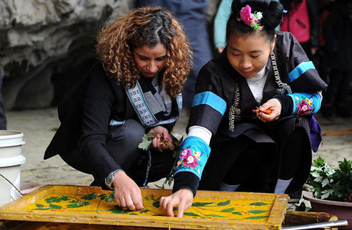 Traditional Papermaking Skills Draw Foreign Attention