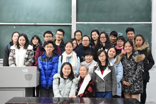 Retired Teacher Gives Paper-cutting Lessons to Uni Students