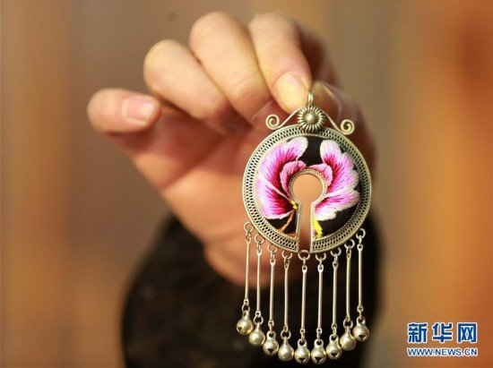 SW China Folk Artists Boost Incomes via Handicraft Business