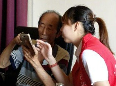 Young Volunteer Serves the Aged with Network Technology