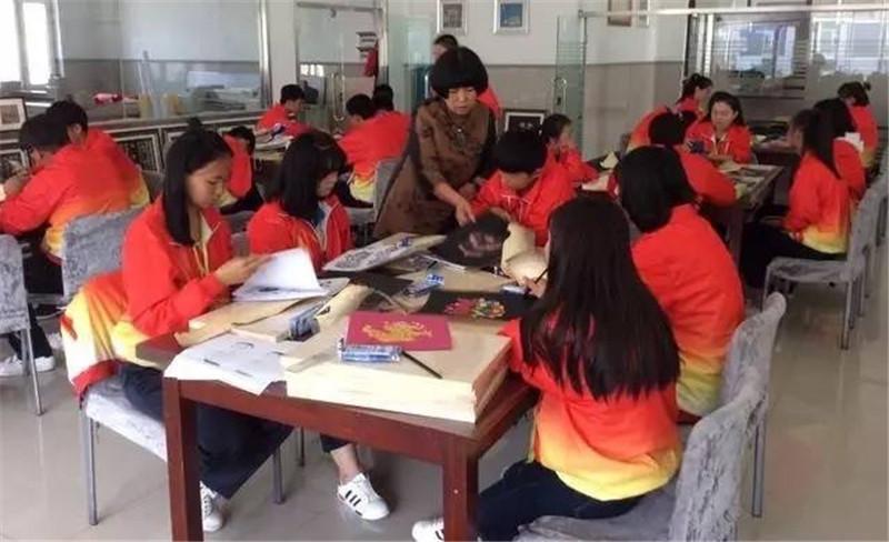 艺术家继续在哈尔滨鱼皮画传统