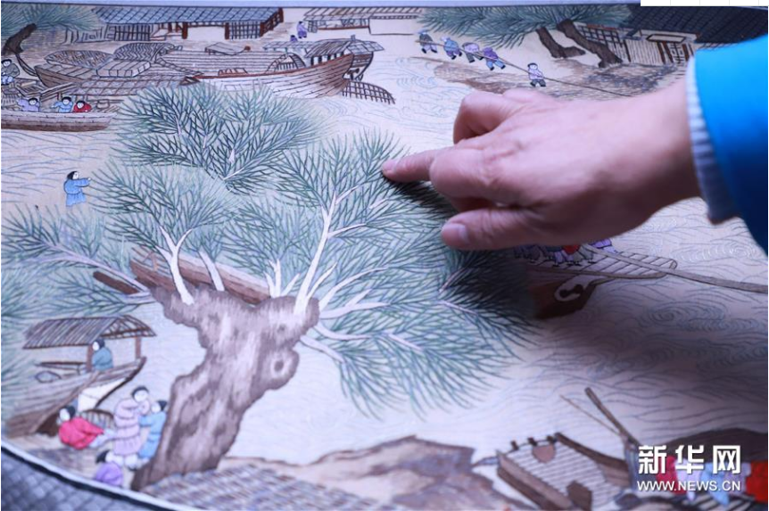 Artist Completes Embroidery Work Along the River During the Qingming Festival
